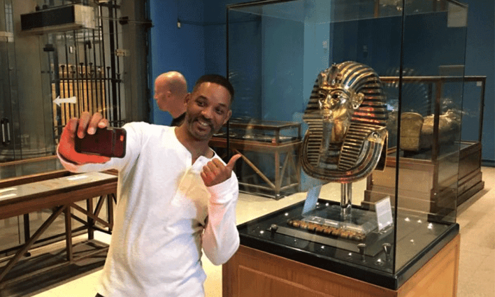 Will Smith taking a selfie with Tutankhamun Golden Mask at The Egyptian Museum