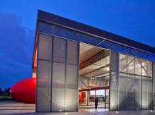 The visitor arrives into a central space encasing the sculptural auditorium and
