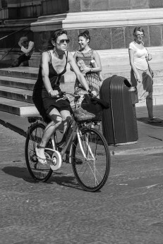 b&w - firenze, fashinista on bike