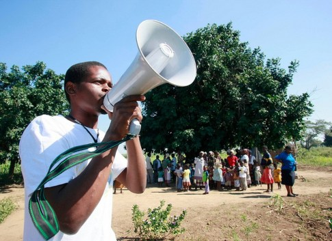 Letting parents know the vaccines have arrived. Shot@Life--UN Foundation, Mozambique, Wednesday, June 1, 2011 (Photo/Stuart Ramson)