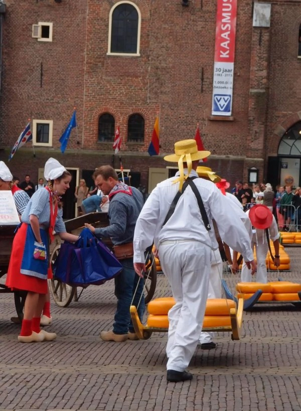 cheese maidens and carriers in Alkmaar