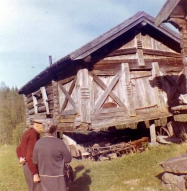 Thora Ingebritson Grottum at Husevold stabbur 1962