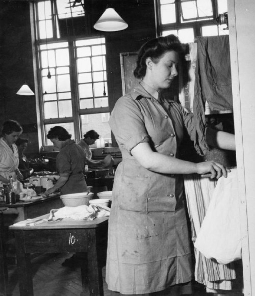ATS_Domestic_Science_Course_in_Notting_Hill_Gate,_London,_1944_D23126