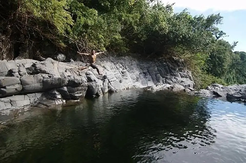 Hawaiian cliff jumping