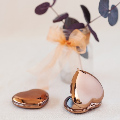 Wedding Favors That Won't Blow Up Your Budget - Heart Shaped Compact Mirror