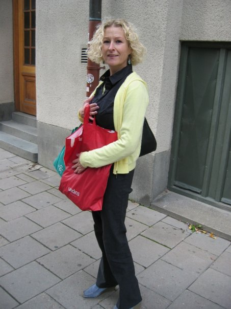 I can't describe how wrong everything is. No makeup, bad roots, short hair (short bob on curly hair tends to look like a thatched hut), green bag/blue boots/yellow top (what was I thinking) plus shopping bag. My bag was too small that day so I ended up loaded down with satellite bags
