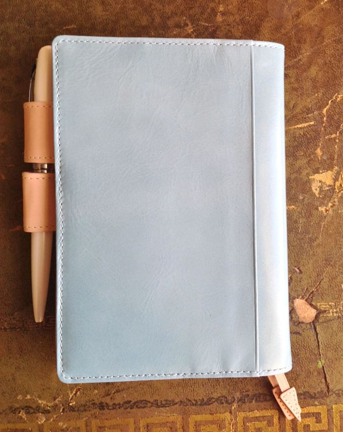 The slip pocket on the back cover is so nice - unobtrusive but would look really good with  Hobonichi notebooks slipped inside it.