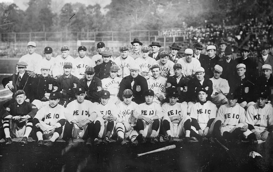 1Exhibition teams made up of members of theChicago White SoxandNew York Giantsplay atKeio UniversityStadium inTokyo, Japan