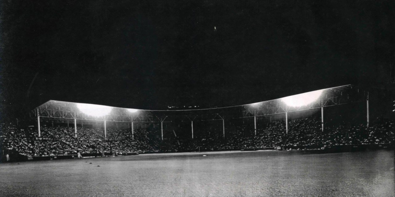 TheChicago White Soxand theNew York Giantsbecome the first major league teams to meet in a night game. They collect 23 hits in a 10-inningexhibition gameplayed atBuffs StadiuminHouston, TX.