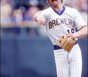 Milwaukee Brewers star Robin Yount announces his retirement