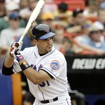 At Dodger Stadium, Mike Piazza ties Carlton Fisk for the most career homers by a catcher
