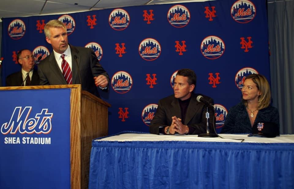 Tom Glavine  signs with the Mets