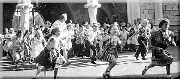 Niños corriendo hacia Fantasyland