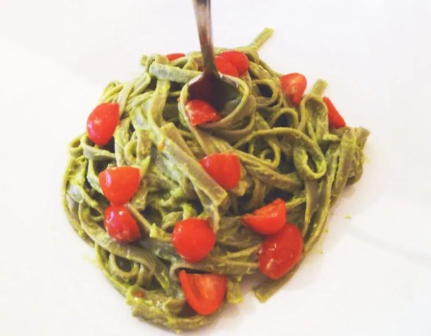 Creamy Avocado Pasta -- A delicious 30 minute pasta meal that is truly a crowd pleaser #lowfat | thishappymommy.com