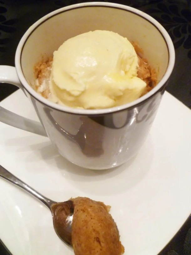 Apple Pie Spiced Mug Cake -- Filled with all the sweet and savoury flavours of apple pie with the consistency of a tender cake | thishappymommy.com