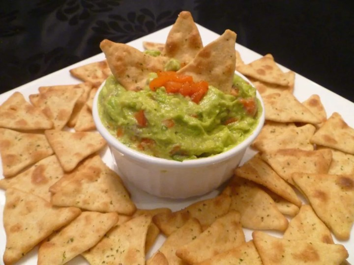 Roasted Red Pepper Guacamole -- Give classic guacamole a sweet, charred flavour with roasted red peppers. | homemade guacamole | thishappymommy.com