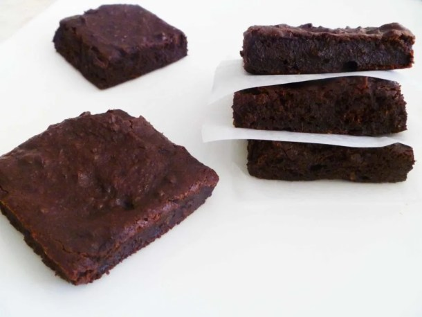 Maple Date Brownies -- Naturally sweetened with maple syrup and dates, these brownies are a healthy, tasty treat. | thishappymommy.com