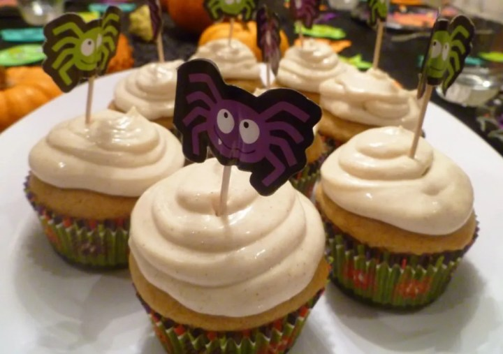 Pumpkin Vanilla Cupcakes -- Yummy cupcakes filled with pumpkin, vanilla and topped with cinnamon vanilla cream cheese frosting. | thishappymommy.com