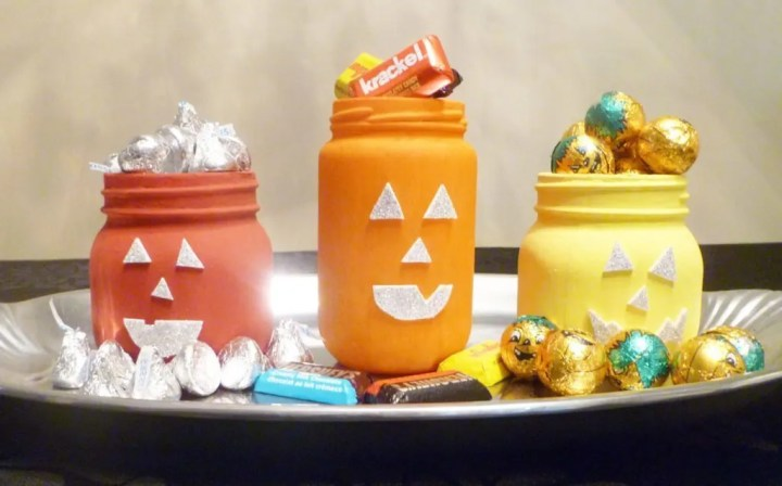 Jack-O'-Lantern Jars -- Celebrate Halloween with some cheerful pumpkin inspired jars. With a pop of fall colour and some sparkly faces, you can enjoy some simple Halloween fun. #halloween #craft #pumpkin #kidfriendly #jars   thishappymommy.com