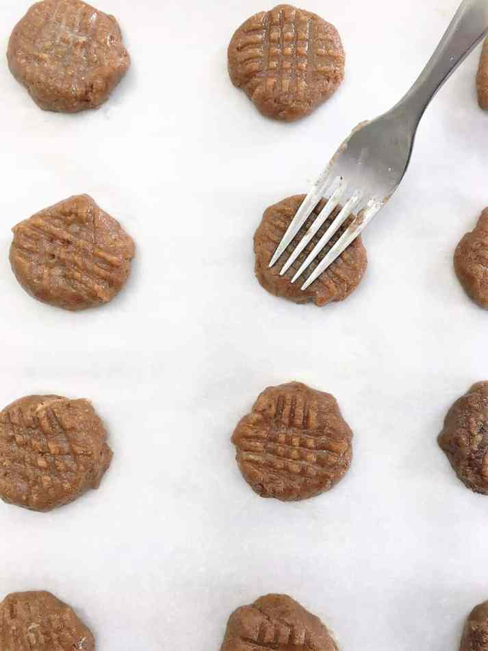 fork making crisscross pattern onto cookies