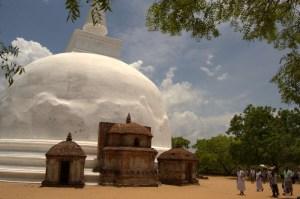 religiosos en el templo