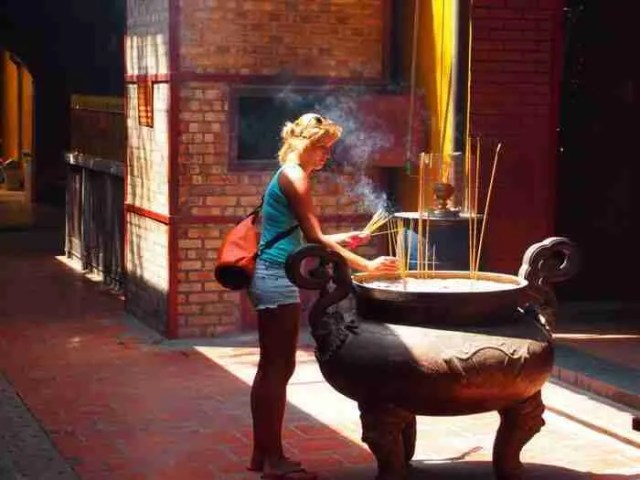Andrea realizando la ofrenda en Pagoda de Quan Am