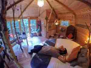 interior de la cabaña, descansamos?