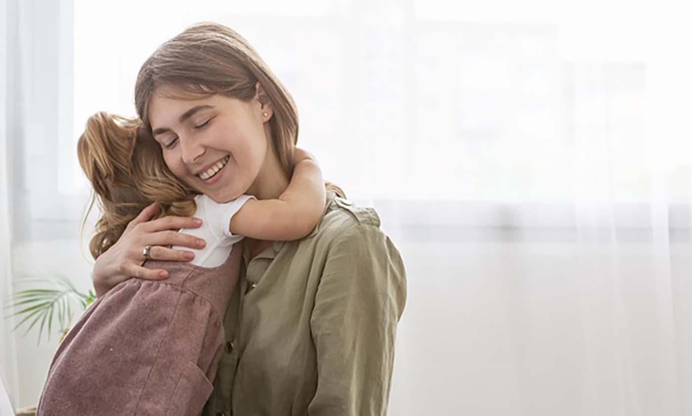 Η δύναμη της αγκαλιάς του… παιδιού σου – Thisisus.gr