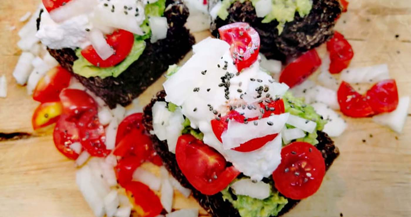 Δροσερή καλοκαιρινή σαλάτα Ντάκος Ντουρουντούς με αβοκάντο και τυρί – Thisisus.gr