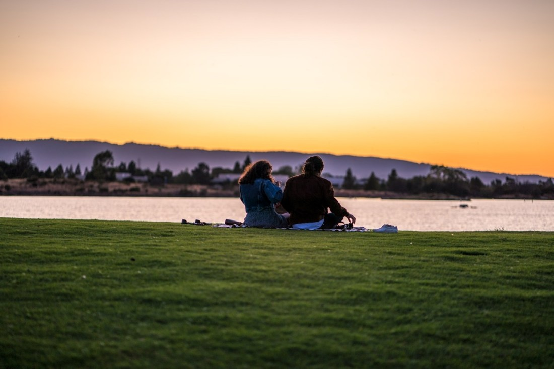 Social distancing date ideas - countryside picnic date