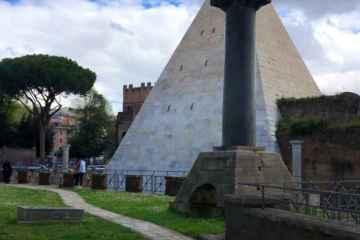 vista piramide cestia roma