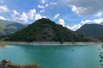 Lago del Turano e montagne