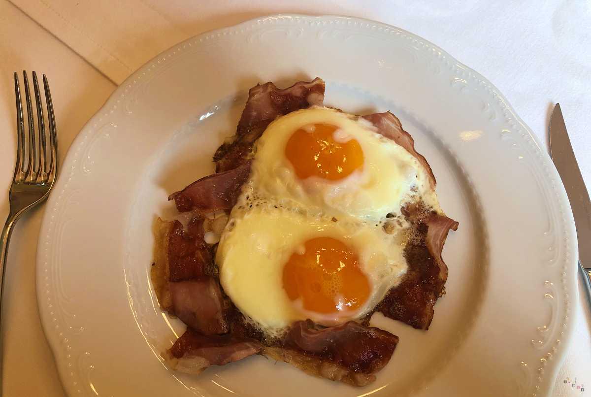 Colazione uova e speck