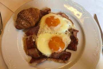 colazione con uova e speck schlosswirt forst