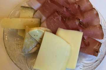 piatto di speck e formaggi misti colazione schlosswirt