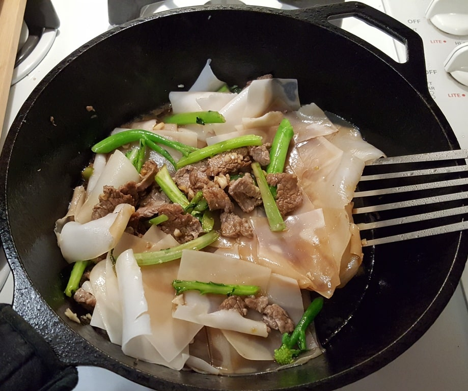 Carefully Stir Fry the Rice Flake Noodles