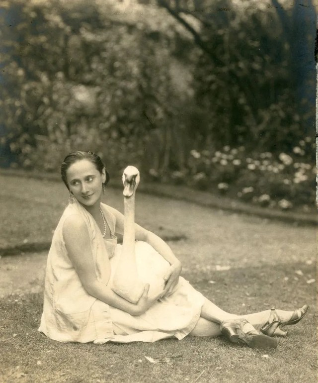 lf-anna-pavlova-with-jack-in-the-garden_1000-1