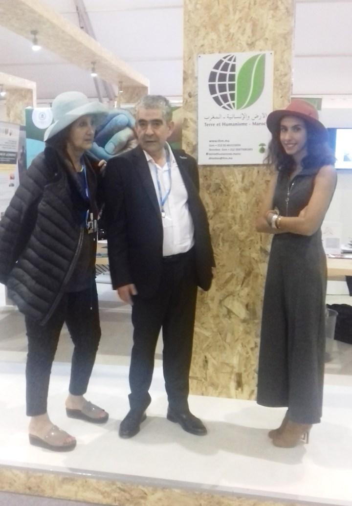 09 Nov Fettouma Dderrari et Driss Yazami au stand de THM dans l'espace agricultures durables de la Cop22