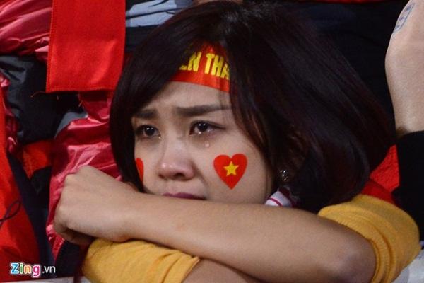 Bức ảnh fan nữ rơi lệ vì ĐTVN gây bão Facebook