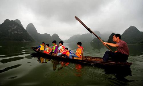 Tấm ảnh quên không post - Người thầy chở đò đưa học trò qua sông