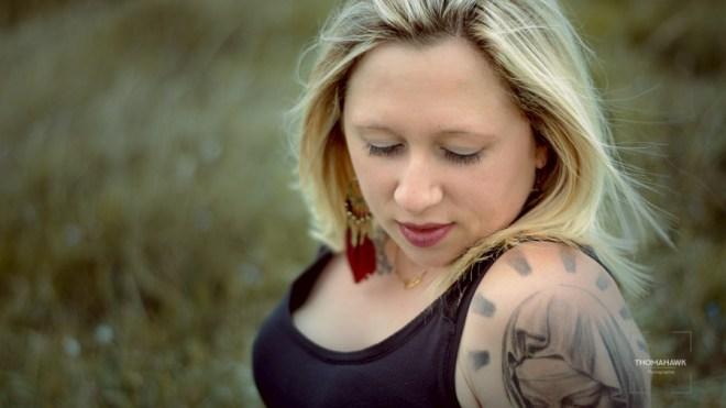 Jeuen femme tatouée en portrait photo