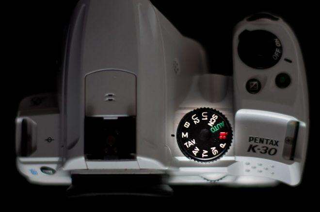focus sur la molette d'un appareil photo réflex