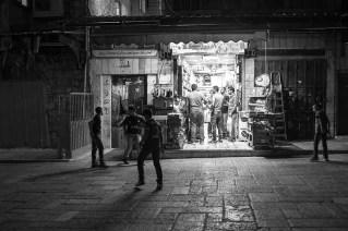 Voilà ma participation à ton concours ; il s'agit d'une photo prise au mois de Septembre à Jerusalem-Est. La nuit tombé le quartier était très animé, entre les patrouilles de militaires, les quelques magasins ouvert et de nombreux enfants qui jouent et font du vélo.