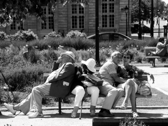 Personne ne semble à l'aise sur ce banc tous envahissant l'espace de chacun. Les deux couples ne se connaissent pas mais un seul s'en va et tout s'écroule!