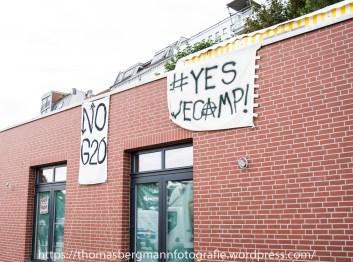 An vielen Hauswänden wurden Sruchbänder gegen den G20 Gipfel aufgehängt