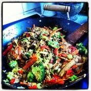 Lækker, farverig wok med krydret karry-/kokossauce, nudler og peanuts.