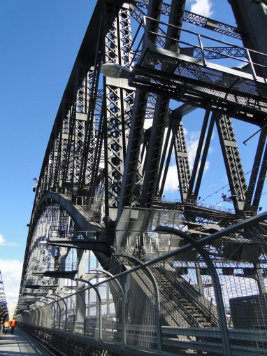 Le pont est esthetique, mais le chemin pieton entoure de barbeles l'est moins...