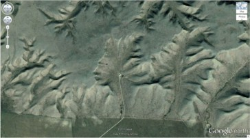 "« Le Badlands Guardian » dans les montagnes (50° 0'38.20 ""N 110 ° 6'48.32″ W) Walsh, Alberta, Canada"