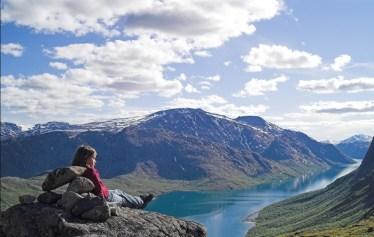 Restons en Norvège : le Parc National de Jotunheimen y est plein de montagnes, de glaciers, de verdure et de lacs !