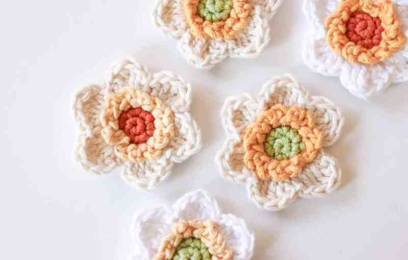 Narcissus crochet pattern, free pattern for how to crochet narcissus flowers, white and yellow crochet flowers